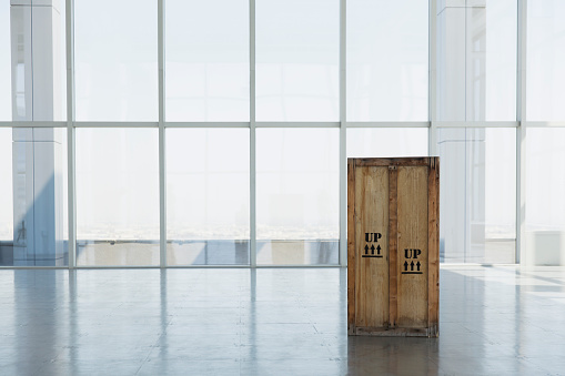 Shipping「wooden shipping crate in large empty office space」:スマホ壁紙(11)