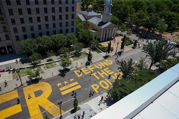 "Street「Protestors Add ""Defund The Police"" Messaging To Washington DC Street」:写真・画像(2)[壁紙.com]"