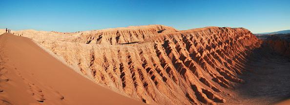 """Atacama Desert「People walking on a dune in the moon valley"""" in San Pedro de Atacama, Chile」:写真・画像(0)[壁紙.com]"""