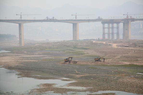 Suspension Bridge「A bridge across the Yangtze river under construction in Chongqing.」:写真・画像(10)[壁紙.com]