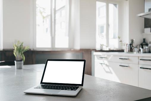 Laptop「Laptop on table in a loft」:スマホ壁紙(4)