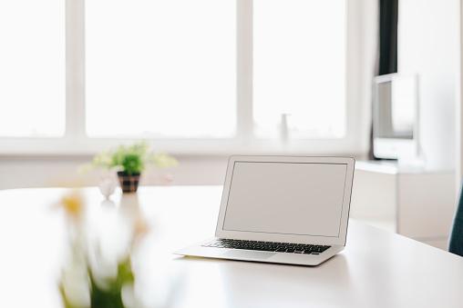 Laptop「Laptop on table in office」:スマホ壁紙(17)