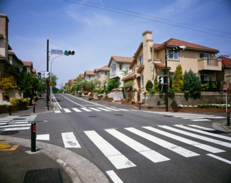 Road Marking「Traffic light and crosswalk in residential district, Ryokuentoshi, Kanagawa Prefecture, Japan」:スマホ壁紙(1)