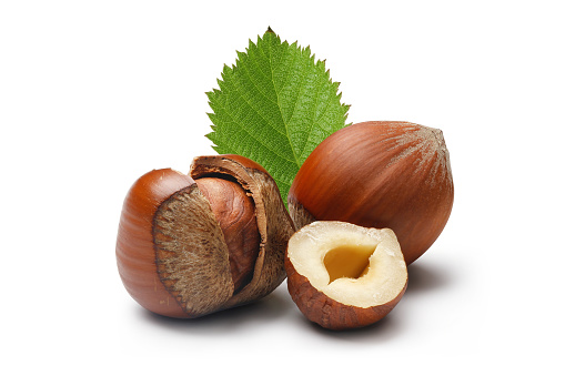Nut - Food「Close-up of some brown hazelnuts with shells and green leaf」:スマホ壁紙(9)