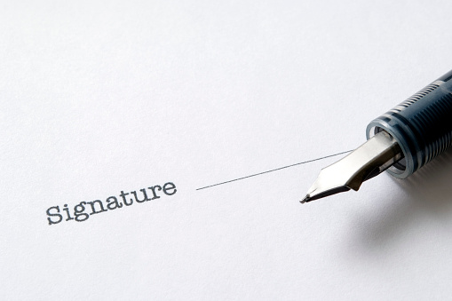Deed「Close-up of Contract form with fountain pen」:スマホ壁紙(2)