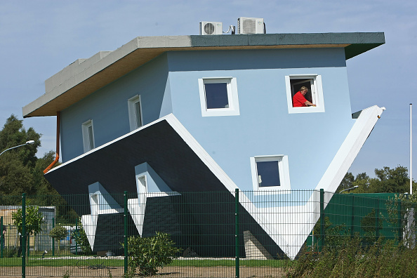 Bizarre「Upside Down House Nears Completion」:写真・画像(15)[壁紙.com]