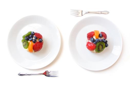 Kiwi「Two White Dessert Plates with fruit tarts」:スマホ壁紙(16)