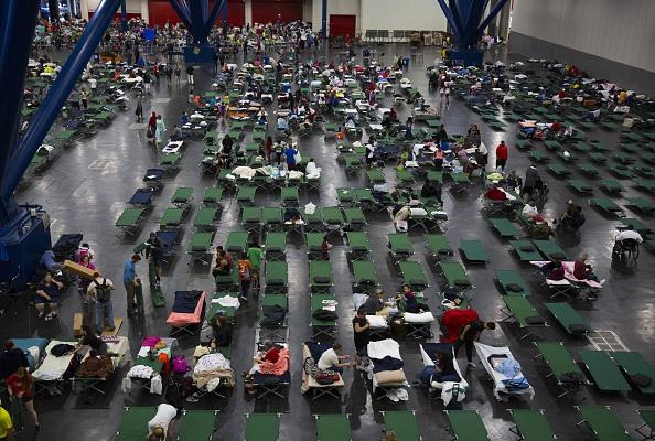 Emergency Shelter「Epic Flooding Inundates Houston After Hurricane Harvey」:写真・画像(3)[壁紙.com]