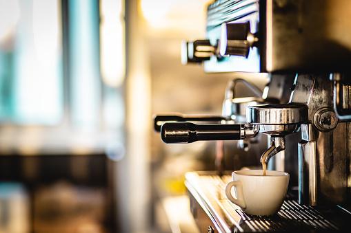 Cappuccino「Making coffee with espresso machine」:スマホ壁紙(7)