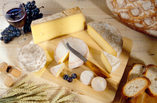 Nouvelle-Aquitaine「Cheeses on cutting board」:スマホ壁紙(0)