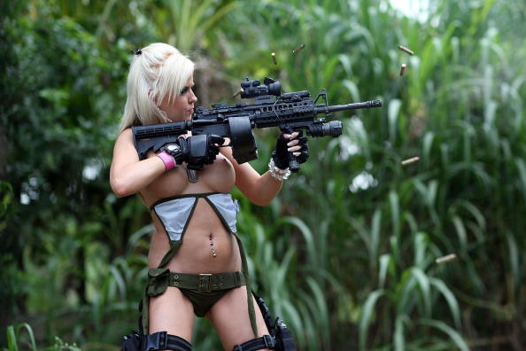 Internet「Web Reality Show Features Women In Bikinis With Automatic Weapons」:写真・画像(12)[壁紙.com]