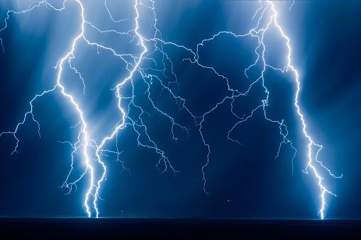 Forked Lightning「Lightning Bolts Strike on Plateau, Mesa Verde National Park, Colorado, United States」:スマホ壁紙(0)