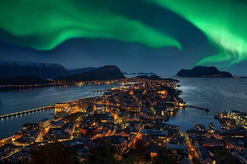 Geomagnetic Storm「Northern lights - Green Aurora borealis over Alesund, Norway」:スマホ壁紙(12)