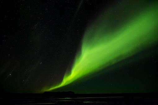 ヴィック「Northern Lights glowing green in night sky」:スマホ壁紙(19)
