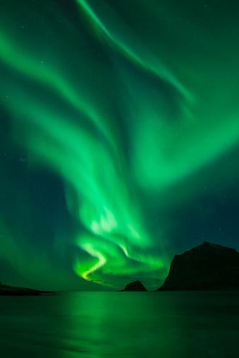 Aurora Borealis「Northern Lights - Aurora Borealis shine in Sky over Vik Beach, Vestvagoy, Lofoten Islands, Norway」:スマホ壁紙(19)