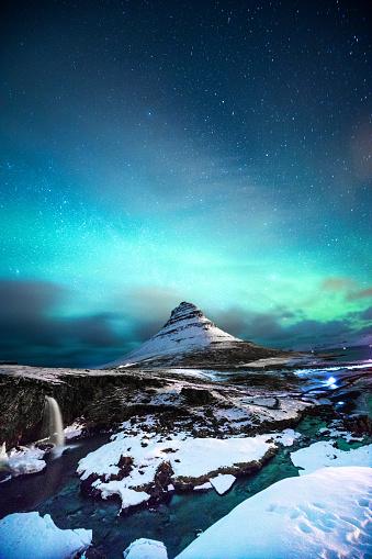 星空「通りすがりの男とマウント Kirkjufell アイスランドのオーロラ」:スマホ壁紙(19)
