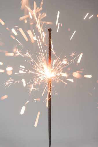 花火「Sparks on burning sparkler」:スマホ壁紙(19)