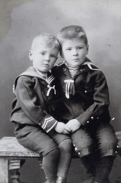 Boys「Two Boys In Sailor Suits. Full Figure. 1910. Photograph By Charles Scolik / Vienna.」:写真・画像(8)[壁紙.com]