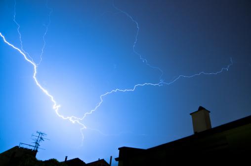 Forked Lightning「flash of lightning over housetops」:スマホ壁紙(14)