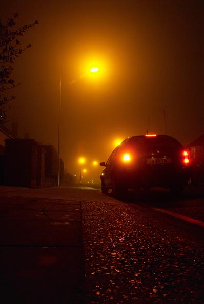 Stationary「Parked car on an urban street at night, Ipswich, UK」:写真・画像(12)[壁紙.com]