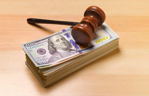 American One Hundred Dollar Bill「Gavel sitting on pile of dollar notes」:スマホ壁紙(3)