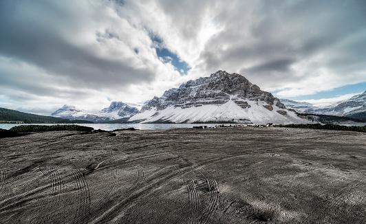 アルバータ州「カナダのロッキー山脈に対する痕跡と空の土のビーチ」:スマホ壁紙(18)