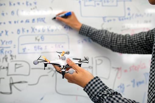無人操縦機「自己操縦の無人機の数式を書くエンジニア」:スマホ壁紙(19)