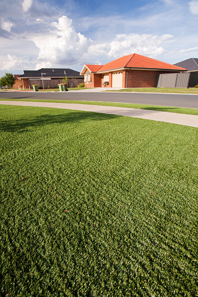 Grass「Victoria and New South Wales have been gripped by a desperate drought for the last 15 years, leading to water shortages. These new houses in Echuca have been designed with plastic grass lawns as it is simply too expensive to water the lawns, or water res」:写真・画像(8)[壁紙.com]