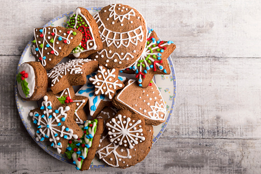 Gingerbread Cookie「Decorated Christmas gingerbread cookies in a plate」:スマホ壁紙(1)
