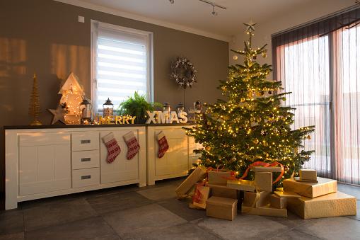 Sideboard「decorated christmas fir tree in apartment」:スマホ壁紙(11)