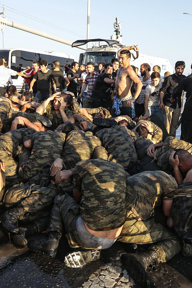 Surrendering「At Least 90 Killed in Attempted Military Coup in Turkey」:写真・画像(18)[壁紙.com]