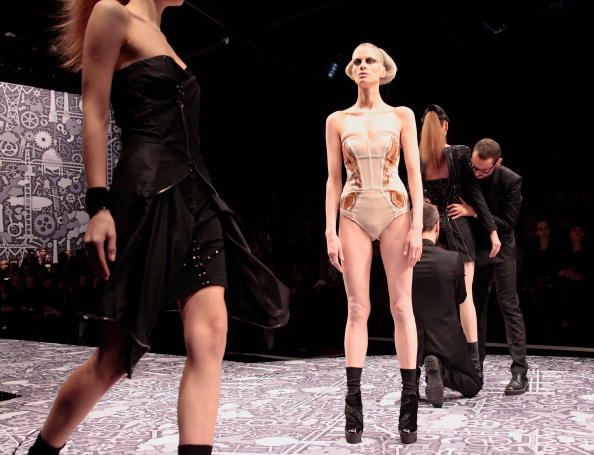 Julien M「Viktor & Rolf - PFW - Ready To Wear - Fall/Winter 2011 - Show」:写真・画像(6)[壁紙.com]
