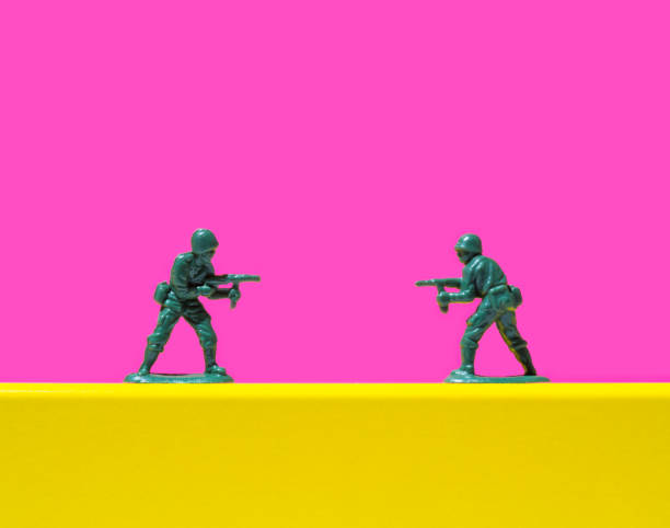 Two toy soldiers pointing guns at each other:スマホ壁紙(壁紙.com)