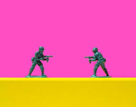 Army Soldier「Two toy soldiers pointing guns at each other」:スマホ壁紙(8)