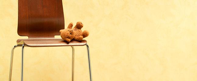 Stuffed Animals「Teddy bear left abandoned on chair」:スマホ壁紙(13)