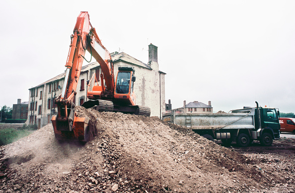 Vitality「Loading demolition waste on the old housing areas being replaced, Craigmillar regeneration Edinburgh, UK」:写真・画像(14)[壁紙.com]