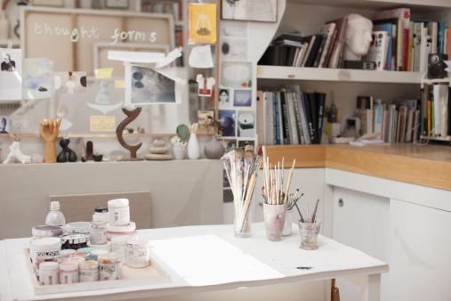 Workshop「Paintbrushes in jars in art studio」:スマホ壁紙(2)