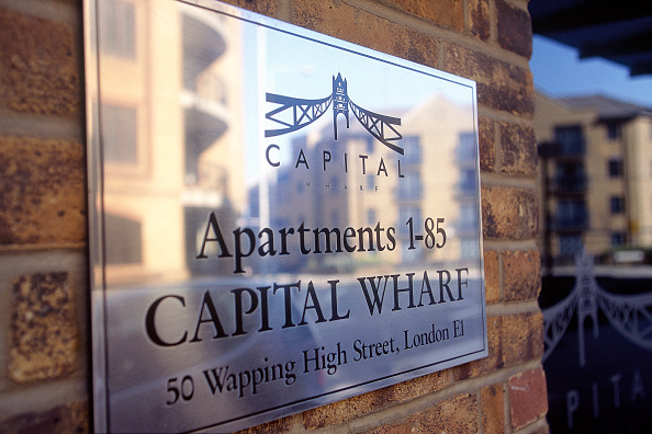 2002「Detail of name plate on wall of residential apartment, Canary Wharf, London, United Kingdom.」:写真・画像(3)[壁紙.com]
