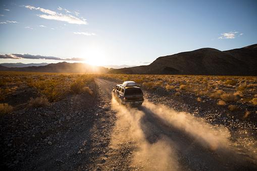 4x4「Driving a dusty road」:スマホ壁紙(1)