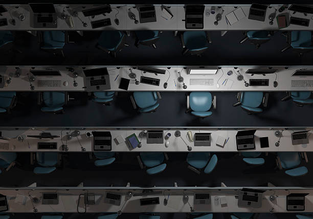 Empty, dark office, with one computer on:スマホ壁紙(壁紙.com)