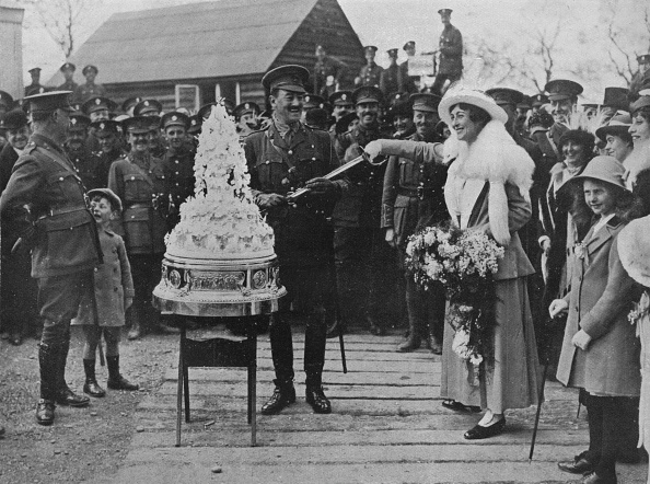 Cutting「A Khaki Wedding: Cutting The Wedding Cake With The Bridegrooms Sword 1915」:写真・画像(16)[壁紙.com]