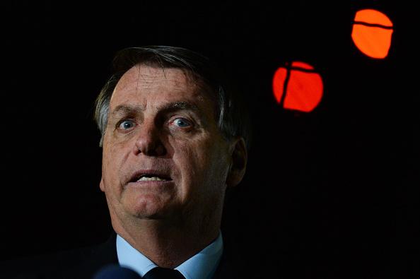 President of Brazil「Bolsonaro Speaks with his Supporters and the Press in Front of Palacio da Alvorada Amidst the Coronavirus (COVID - 19) Pandemic」:写真・画像(8)[壁紙.com]