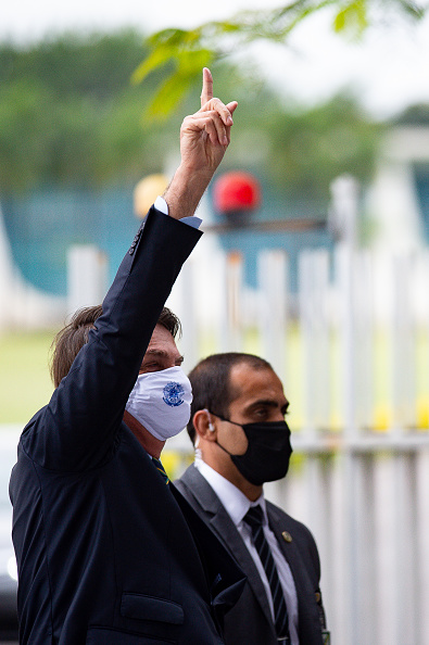 President of Brazil「Bolsonaro Speaks with his Supporters in Front of Palacio do Planalto Amidst the Coronavirus (COVID - 19) Pandemic」:写真・画像(7)[壁紙.com]