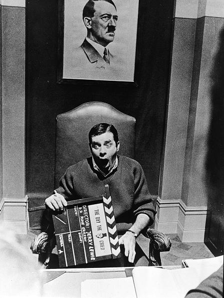 Comedy Film「Jerry Lewis Holds Film Clapper」:写真・画像(0)[壁紙.com]