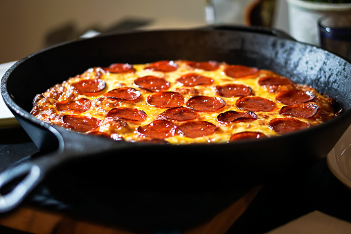 Mozzarella「Cast Iron Deep Dish Pepperoni Pizza」:スマホ壁紙(18)