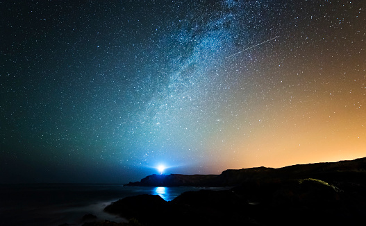 Star - Space「Spain, Valdovino, starry sky with milky way and shooting star above the Galician coast」:スマホ壁紙(9)