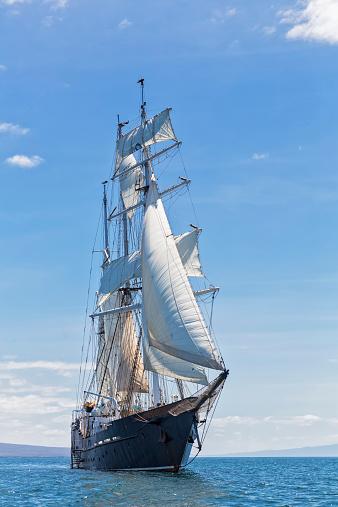 Sailing Ship「Pacific Ocean, sailing ship under sail at Galapagos Islands」:スマホ壁紙(8)
