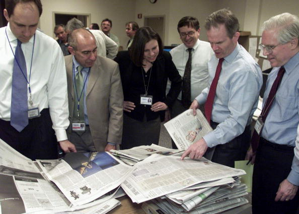 Note Pad「Paul Steiger (2 L Managing Editor Of The Wall Street Journal Examines One Of The First」:写真・画像(6)[壁紙.com]