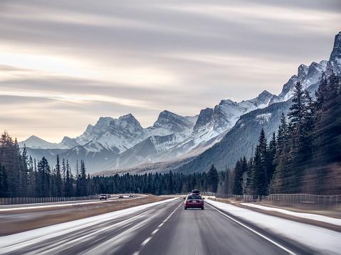 Driving「Cars driving along highway, Banff, Alberta, Canada」:スマホ壁紙(3)