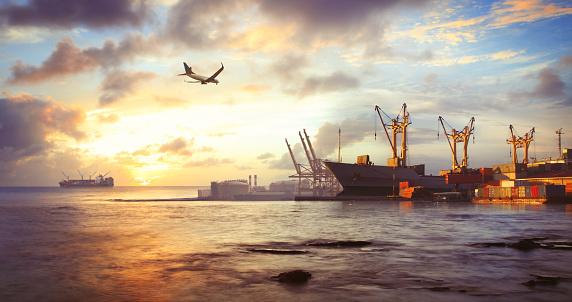 Pier「Freight ship in the harbor」:スマホ壁紙(3)
